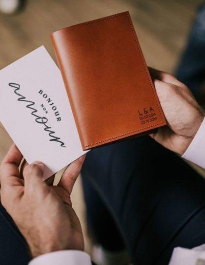 Le porte passerport personnalisé pour le mariage de Léa et Alex