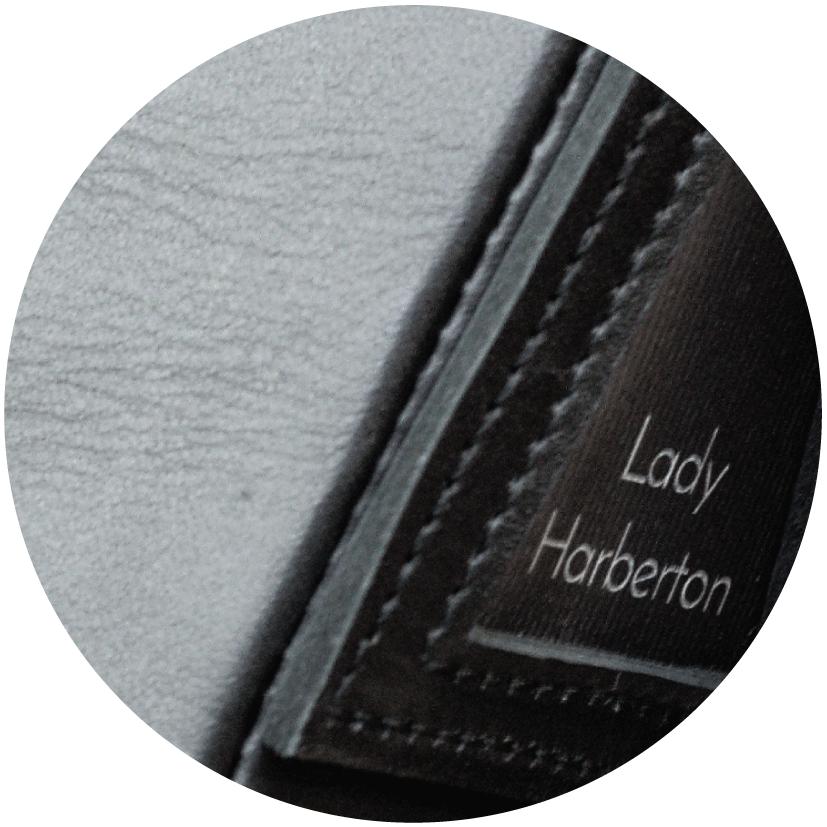 Zoom sur les détails de fabrication et du cuir du Sac messenger Lady Harberton