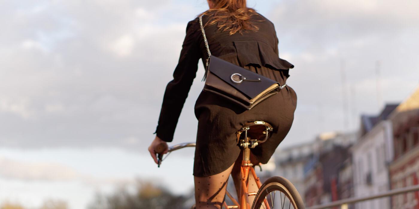 La pochette de soirée Lady Harberton portée à vélo