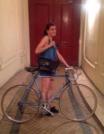 Nina, son vélo Mercier et son messenger noir
