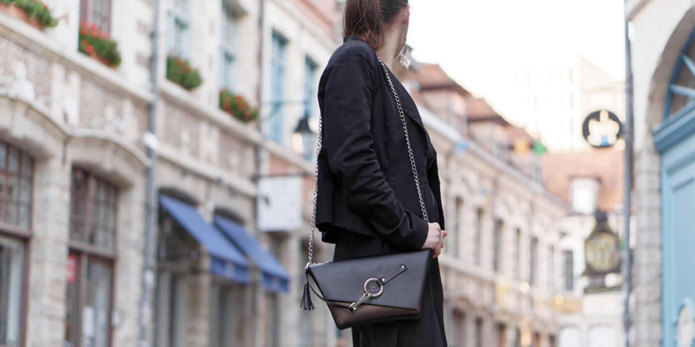 La pochette en cuir noir et bronze Lady Harberton