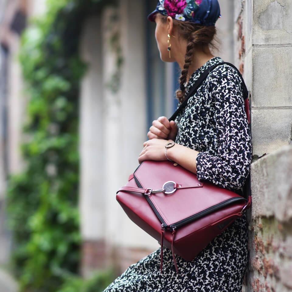 sac à main en cuir bordeaux bandoulière porté épaule Lady Harberton