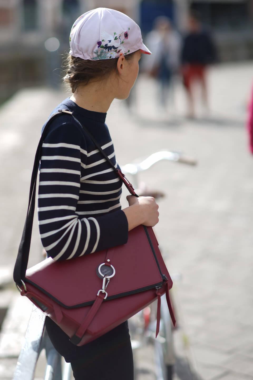 sac à main bandoulière en cuir bordeaux porté épaule Lady Harberton