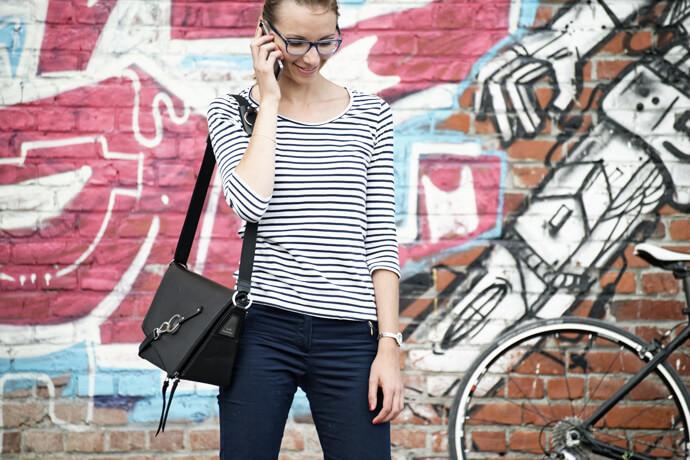 sac messenger cuir noir fabrique en France Lady Harberton porté épaule