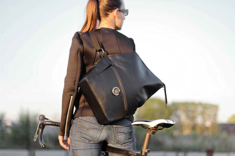 sac messenger en cuir noir Lady Harberton fabrication française porté déplié sur le dos