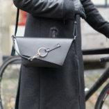 pochette en cuir noir lady harberton pour cycliste épaule