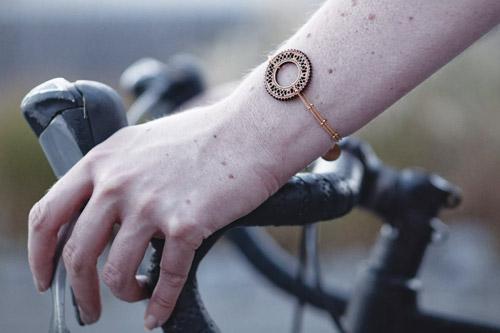 cadeau cycliste femme bracelet bois Lady Harberton x Bewood