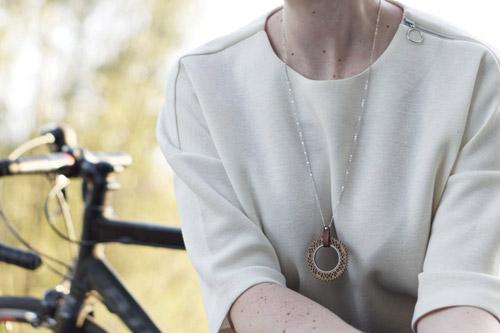 cadeau cycliste femme collier sautoir en bois Lady Harberton x Bewood