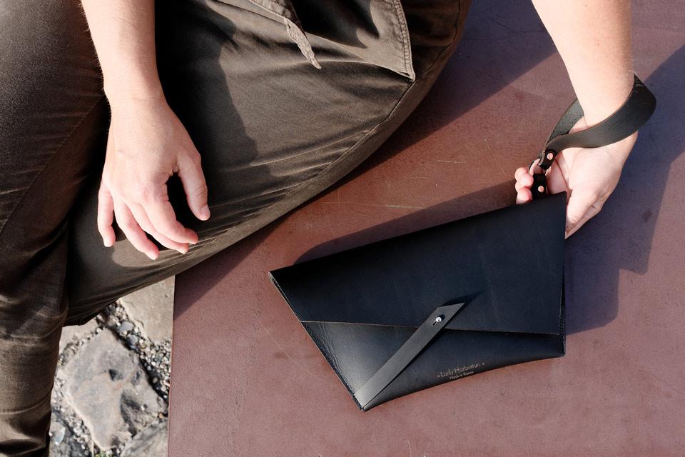 Pochette Lady Harberton sac à dragonne en cuir minimaliste fabriqué en France