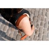 Lady-Harberton-petite-pochette-camel-1080px-detail-bandouliere-longue