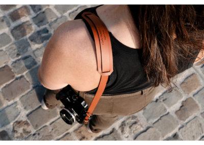 Lady-Harberton-sangle-appareil-photo-camel-1080px-detail-epaule