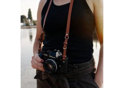 Lady-Harberton-sangle-appareil-photo-camel-1080px-porte-face