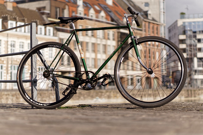 se déplacer à vélo en ville Lady Harberton vélo Helyett speciale vintage