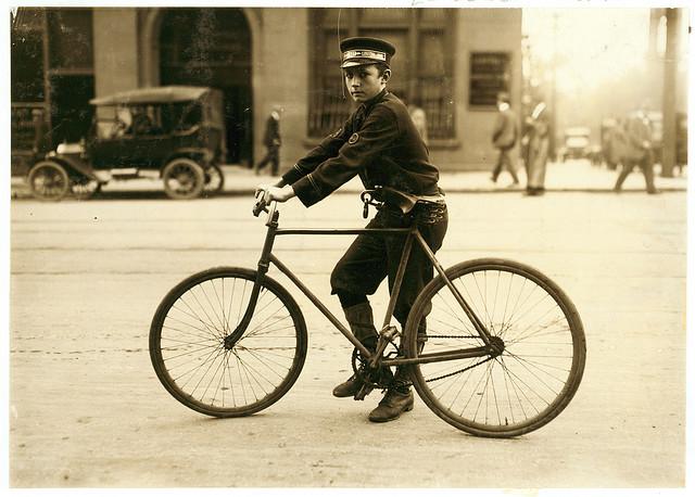 Coursier à vélo Telegraph Boy dans les années 1940